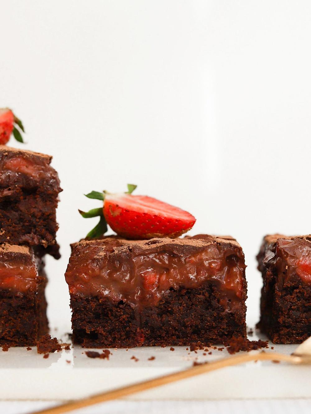Brownie Vegan com Morangos e Cobertura de Chocolate