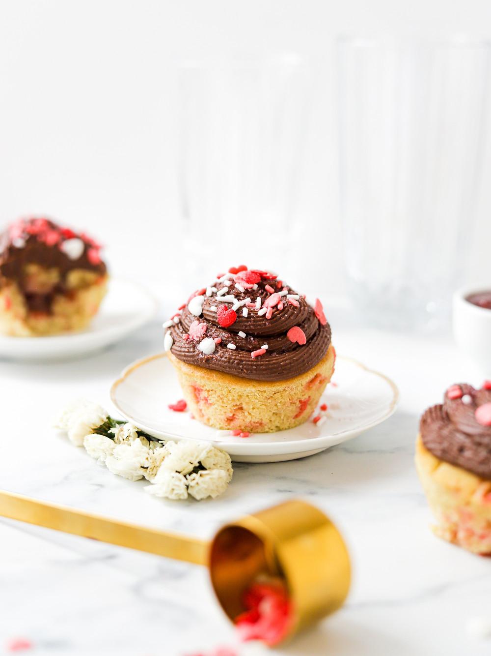 Cupcakes Funfetti Vegan com Doce de Morango e Cobertura de Chocolate - Dia dos Namorados