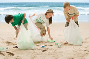 ビーチを掃除する子供たち