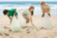 Crianças limpando a praia