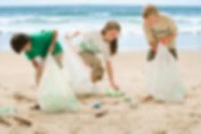 Niños limpiando la playa