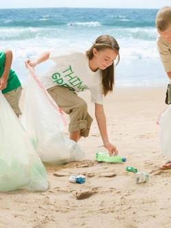 Enfants nettoyage plage