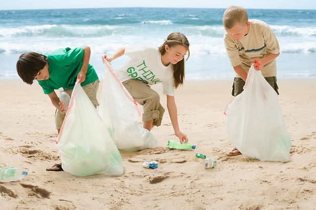 Kinder, die Strand reinigen