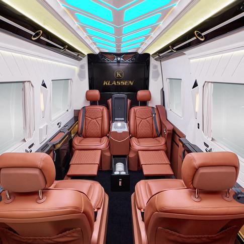 Die KLSSEN VIP Conference Lounge basiert auf dem Mercedes Sprinter, der gehörig umgekrempelt und in ein exklusives Business-Fahrzeug