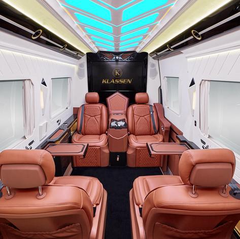 Die KLASSEN VIP Conference Lounge basiert auf dem Mercedes Sprinter, der gehörig umgekrempelt und in ein exklusives Business-Fahrzeug