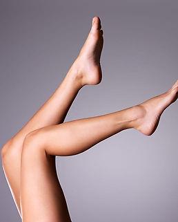 hochgestreckte-beine-einer-dame-nach-der-dauerhaften-haarentfernung-in-konstanz.jpg