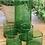 כוסות וקנקן זכוכית בצבע ירוק ליד עציץ