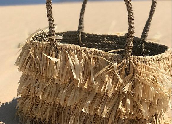 תיק קש טהיטי בחוף הים