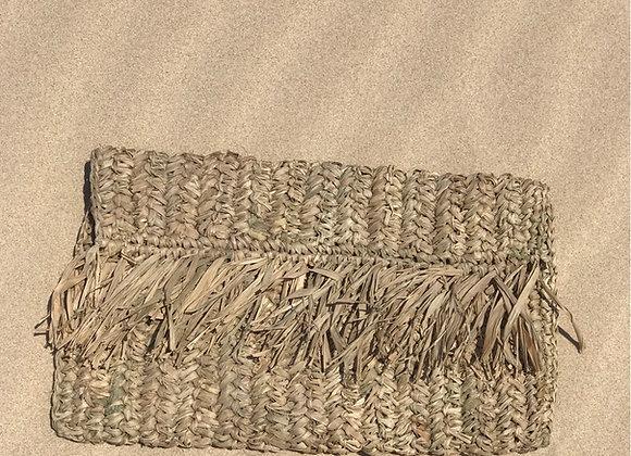 לגונה קלאצ' מונח על החול