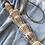 שרשרת עשויה קונכיות עם חבל טבעי מונחת על סדין