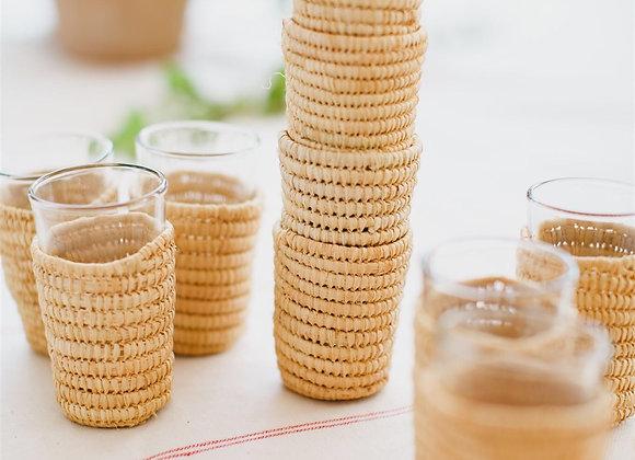 כוסות עם כיסוי קש מפוזרות
