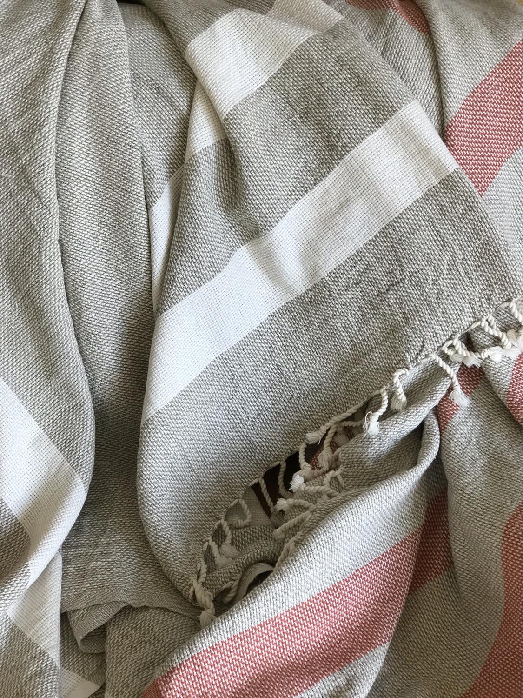 שמיכות אפורות ואדומות דגם Linen