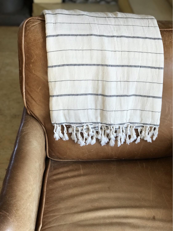 שמיכת כרבול עם פסים מונחת על הספה