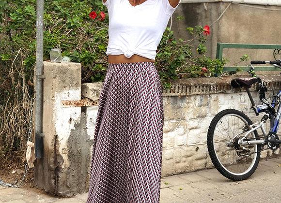 אישה מדגמנת חצאית דגם PRINT