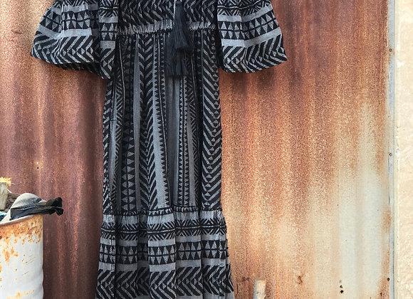 שמלה יוונית ארוכה שחורה תלויה על הארון
