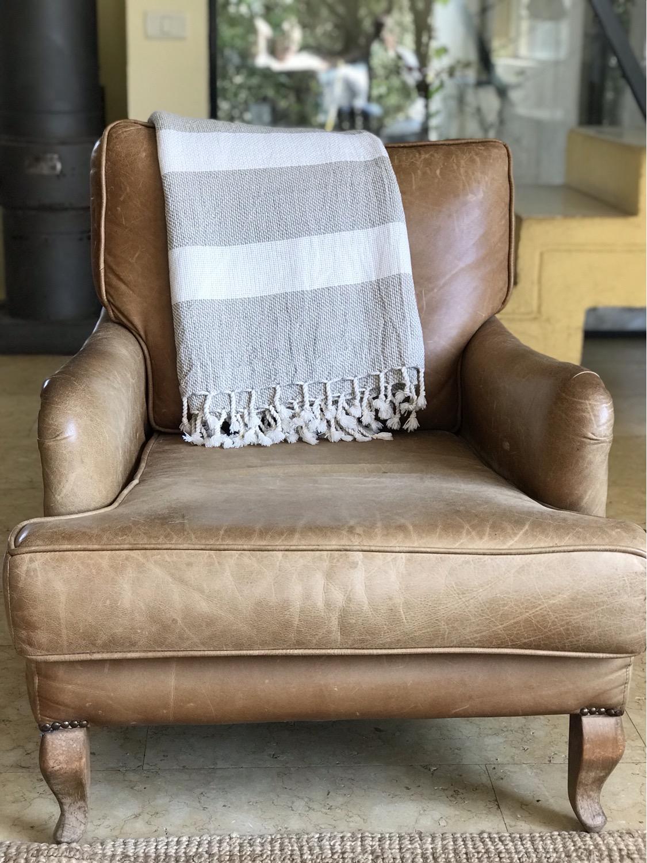 שמיכת דגם Linen white מונחת על הספה