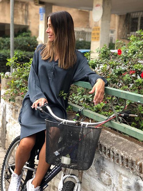בחורה על אופניים עם שמלת BLOUSE DRESS