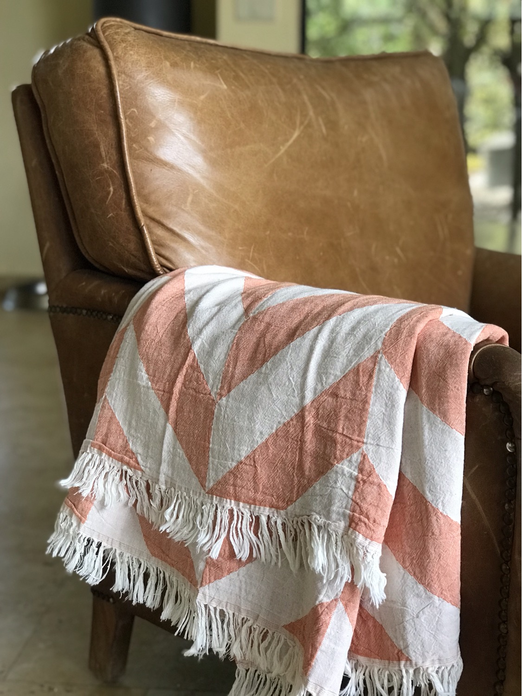 שמיכת כרבול עשויה 100% כותנה תורכית איכותית מונחת על הספה