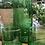 קנקן וכוסות זכוכית ירוקות ליד עציץ