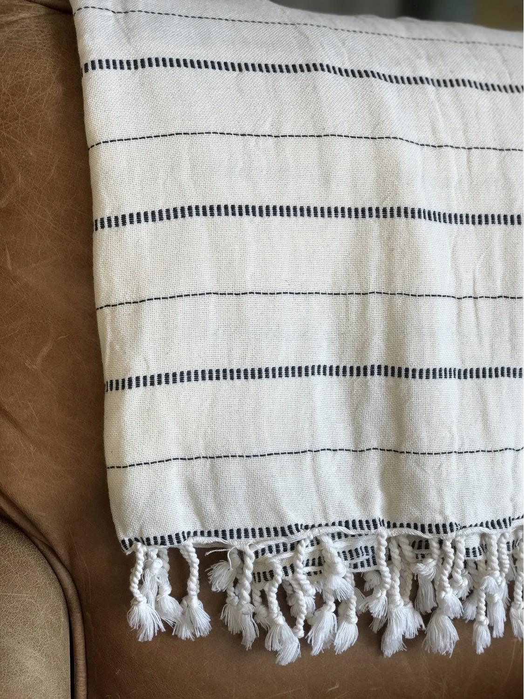 שמיכת כרבול בצבע לבן עם פסים