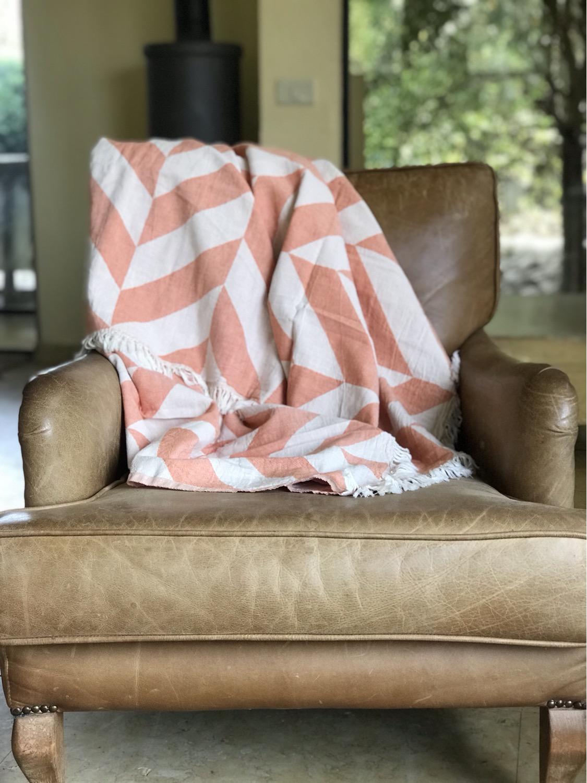 שמיכת כרבול טורקית איכותיות מסודרת על ספה בצבע חום
