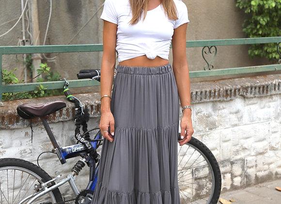אישה עם חצאית BOHO SKIRT