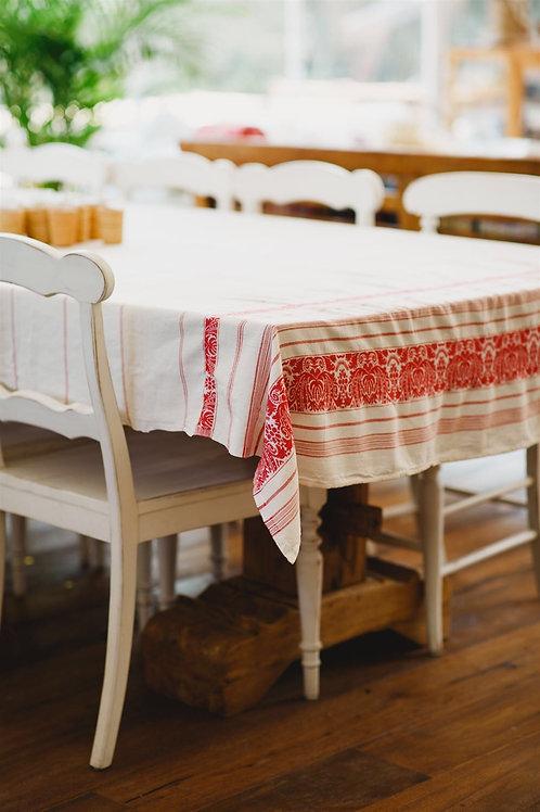 שולחן עם כיסאות ומפת שולחן פסים בצבע אדום
