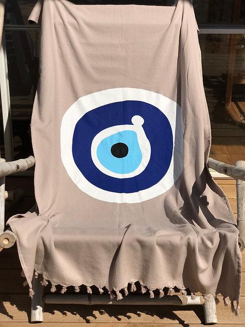 מגבת בד לחוף הים בצבע בז' עם עין כחולה באמצע