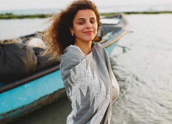 דוגמנית בים עם מגבת