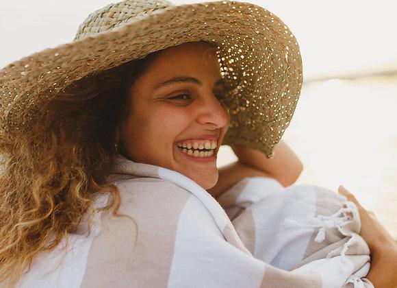 מגבת חוף על אישה בים