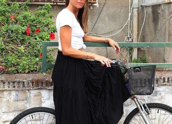 אישה מדגמנת  BOHO BLACK SKIRT
