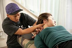 頭蓋骨や表情筋群と連動する関節や筋肉も