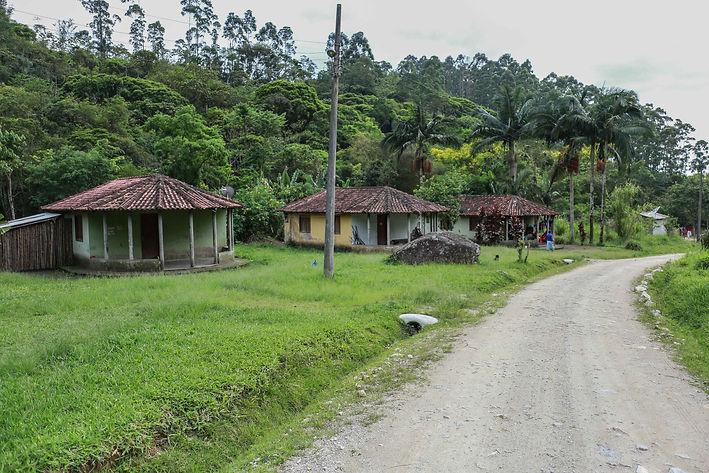 As casas situadas à beira da estrada que