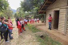 Kuaray Papá fala sobre a importância da Opy'i para alunos de uma escola de Tijucas durante a programação em alusão ao Dia do Índio. Foto: Isadora Manerich.