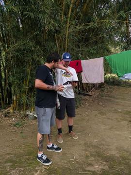 Buscando o melhor ângulo para as imagens aéreas do Templo de Pedra Guarani. Foto: Isadora Manerich.