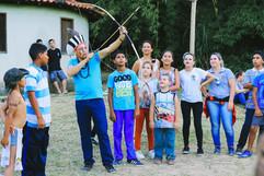 Cacique Kuaray Papá exibe o arco e flecha para crianças durante programação em alusão ao Dia do Índio. Foto: Isadora Manerich.