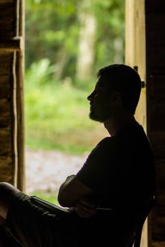 Na penumbra da Opy'i, durante entrevista com o cacique e o pajé da comunidade. Foto: Isadora Manerich.