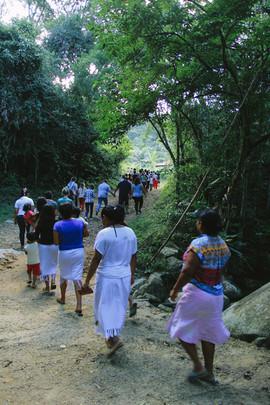 Moradores da Aldeia Tava'í e visitantes caminham em direção ao campo de futebol da comunidade durante programação em alusão ao Dia do Índio. Foto: Isadora Manerich.