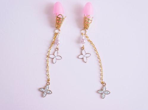 ピンク耳栓 白×シェルパール チェーン クローバーフラワー ティファニーで朝食を 耳栓 オードリー・ヘップバーン
