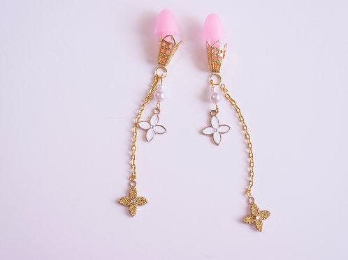 ピンク耳栓 白×ゴールド チェーン クローバーフラワー ティファニーで朝食を 耳栓 オードリー・ヘップバーン