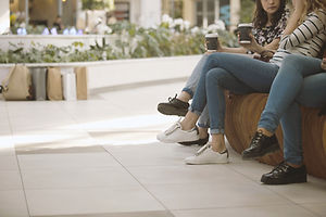 Meninas em um shopping center