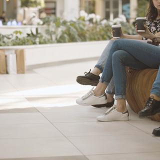 Flickor i ett köpcentrum