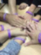 ידיים אחת מעל השנייה ביום המאבק באלימות נגד נשים