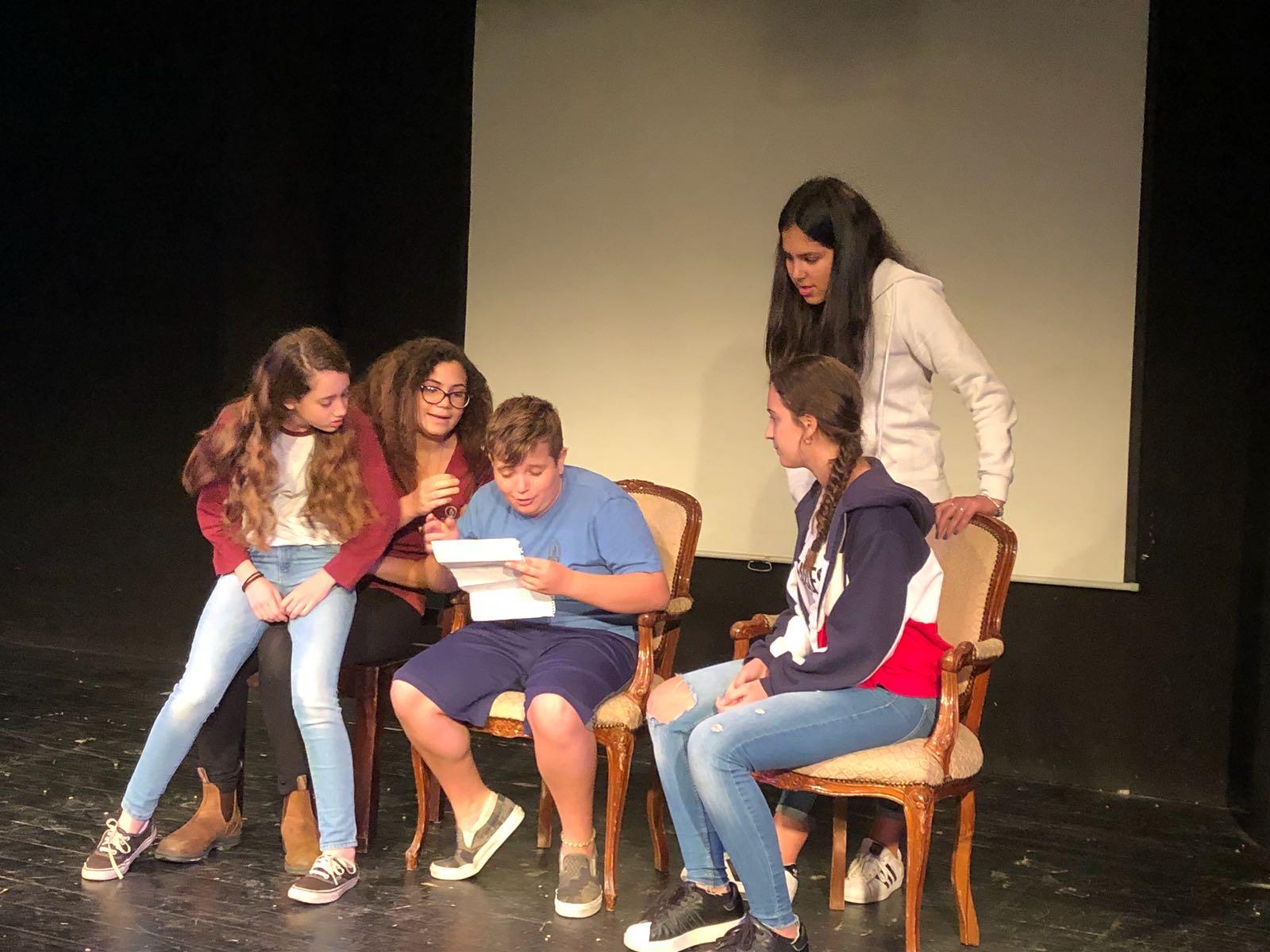 תלמידי תוכנית אמנות בתרגיל משחק