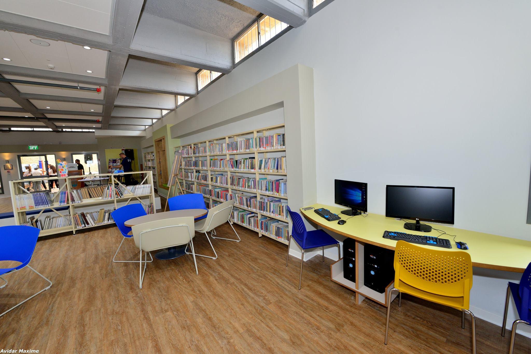 עמדות מחשבים בספריית חטיבת הנעורים