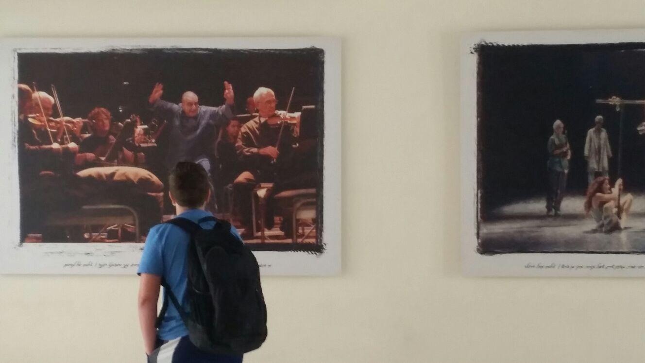 תלמידי תוכנית אמנות בביקור במוזיאון