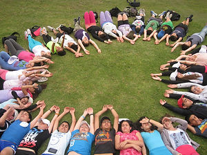 ילדים שוכבים על הדשא במעגל