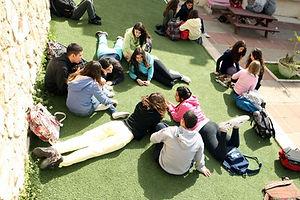 תלמידי חטיבת הנעורים על הדשא