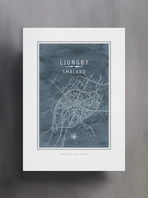Handtecknad poster i akvarell i färgen blågrå, en karta över Ljungby, Småland