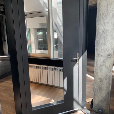 Переваги й недоліки вхідних дверей з дзеркалом